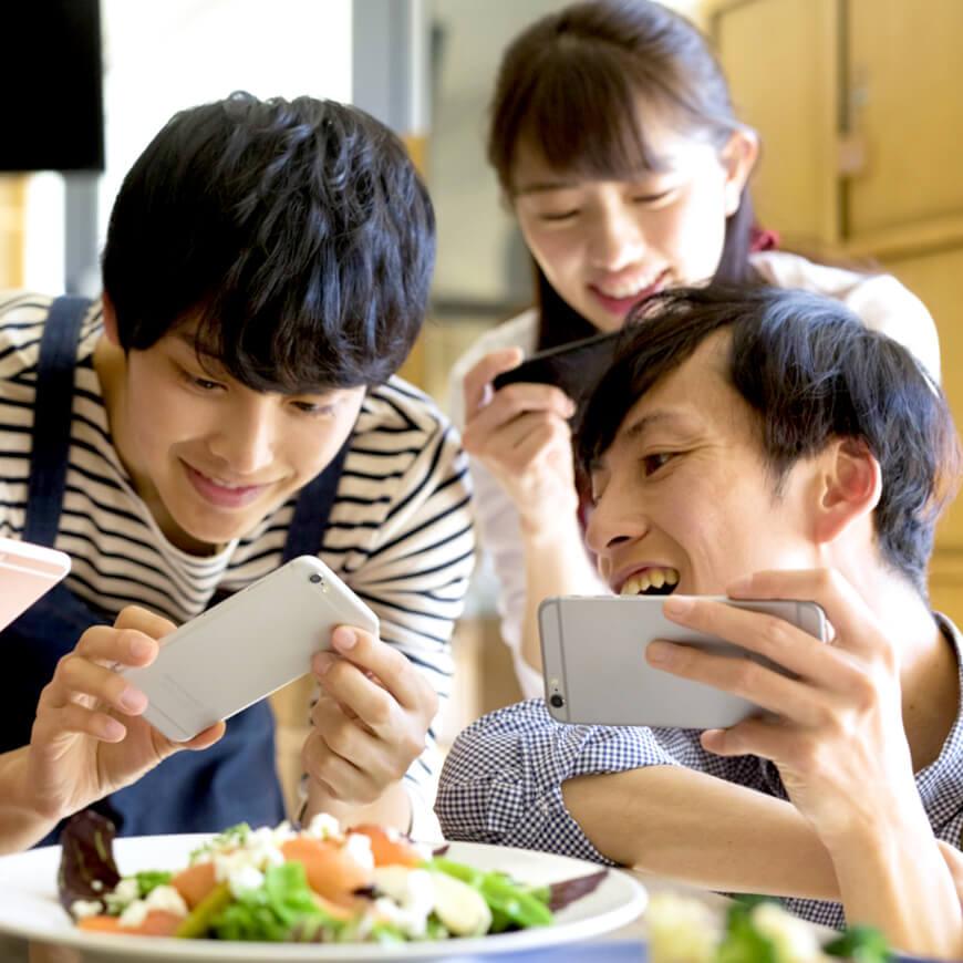 料理の写真を撮るグループ