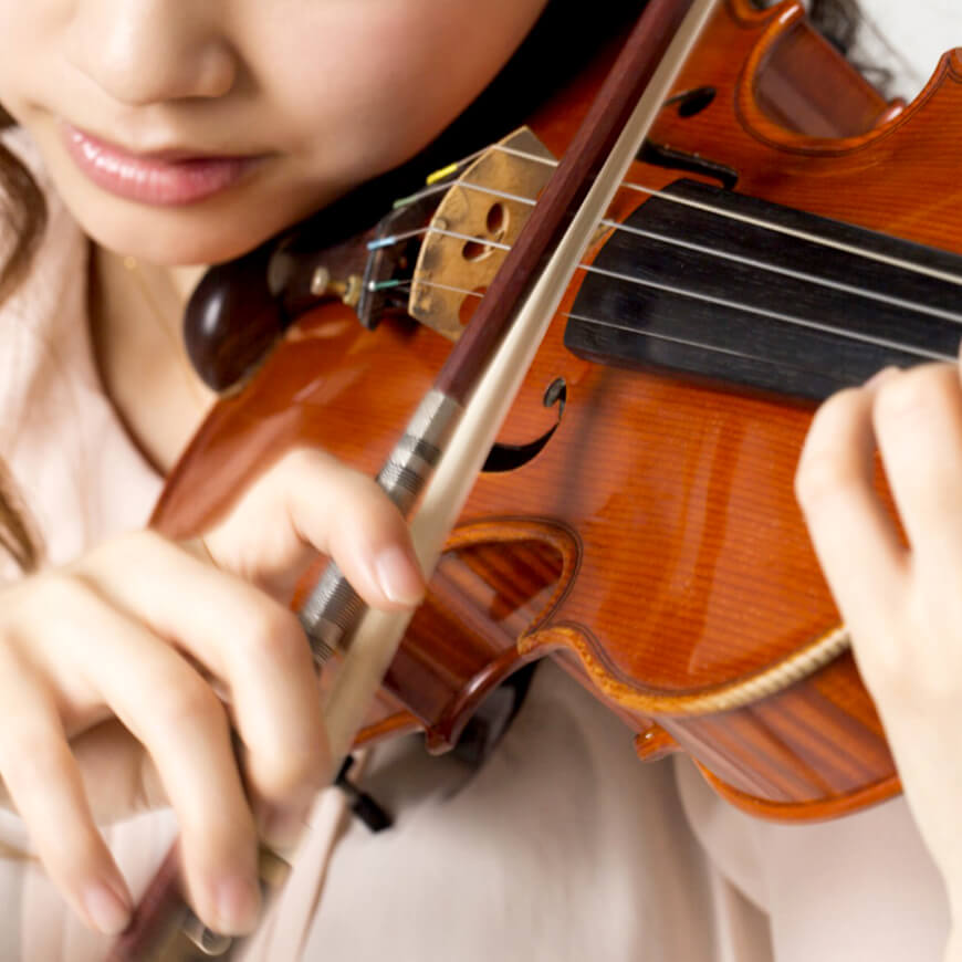 演奏練習する女性